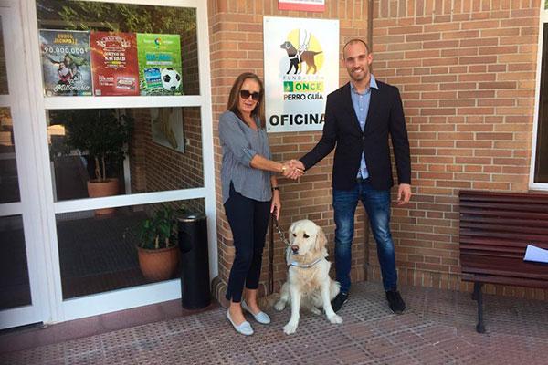 la fundacion once del perro guia y la compania navarra gloria pets firman un acuerdo de colaboracion