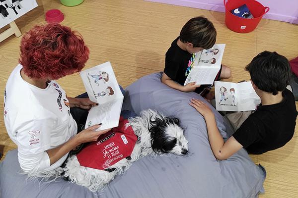 purina y ctac celebran un taller de lectura con perros en la feria del libro de madrid