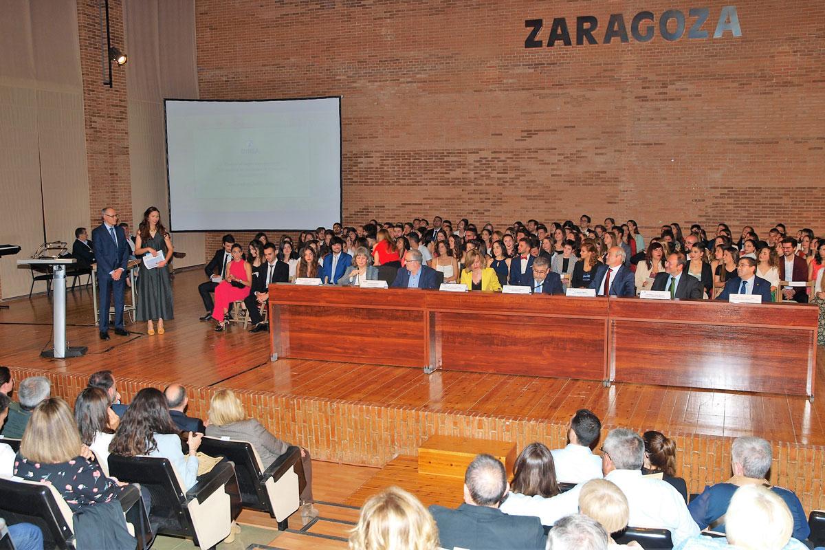 los nuevos graduados en veterinaria de la universidad de zaragoza recogen su diploma