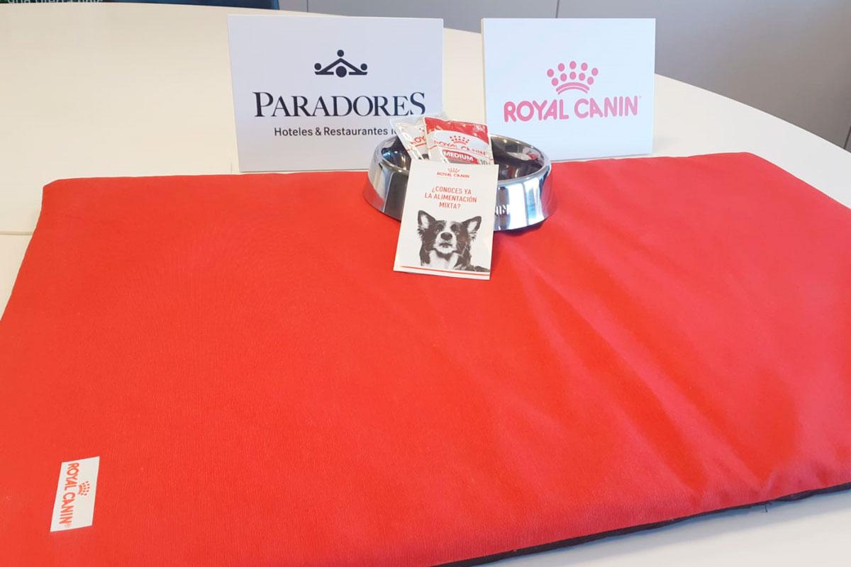 paradores y royal canin ofrecen una bienvenida especial a los viajeros con mascotas