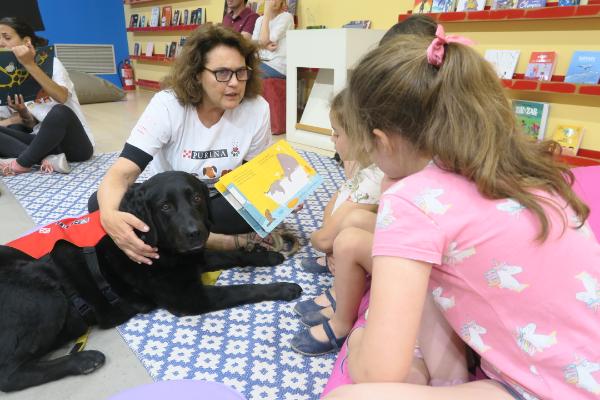 seis-perros-fomentan-la-lectura-entre-los-ninos-en-la-feria-del-libro