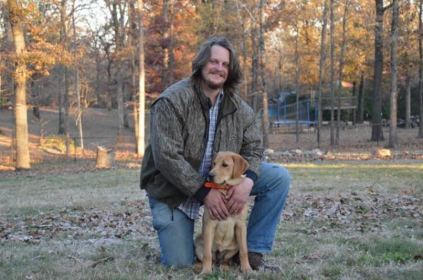 los adultos de edad avanzada reciben muchos efectos beneficiosos de sus perros